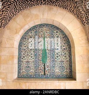 Armenischer Keramikeraum im Jerusalem House of Quality, um 1925 von David Ohannessian geschaffen. Geflieste Tafel mit Zypressenmosaik-Design.
