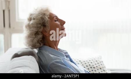 Kopf geschossen Profil friedliche ältere Frau auf der Couch entspannen