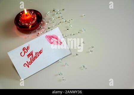 Brennende Kerze und Meine Valentine weiß Nachricht Karte mit Lippen Impressum. - Stockfoto