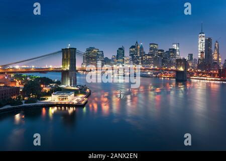 New Yorker Skyline mit urbanen Wolkenkratzer bei Sonnenuntergang, USA. - Stockfoto