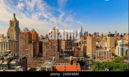 New York, USA - August 1, 2019: Antenne Panoramablick auf die berühmte Skyline und Wolkenkratzer in Manhattan an einem diesigen Tag