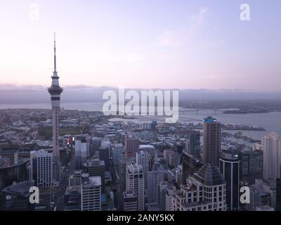 Viaduct Harbour, Auckland/Neuseeland - 31. Dezember 2019: Das ikonische Wahrzeichen von Auckland City und seinen umliegenden Gebäuden - Stockfoto