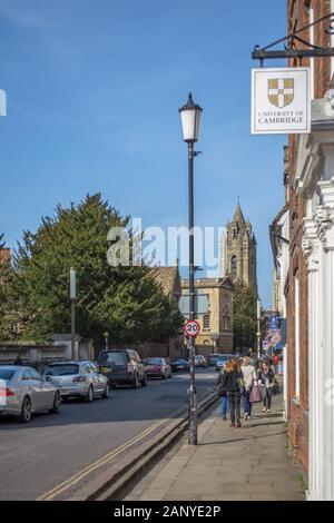 Cambridge, England/Großbritannien - 03. 15. 2014: Blick auf die Cambridge Innenstadt, mit klassizistischen Gebäuden, Menschen und Autos auf der Straße - Stockfoto