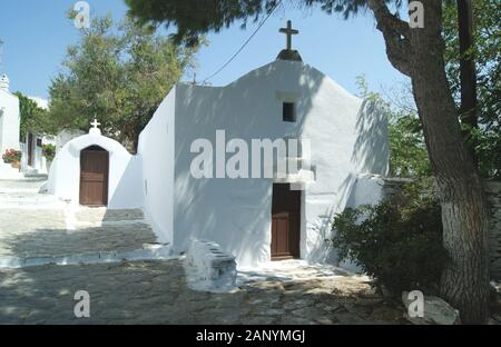Eine alte weiße Kapelle mit einzigartiger Architektur auf der griechischen Insel Amorgos - Stockfoto