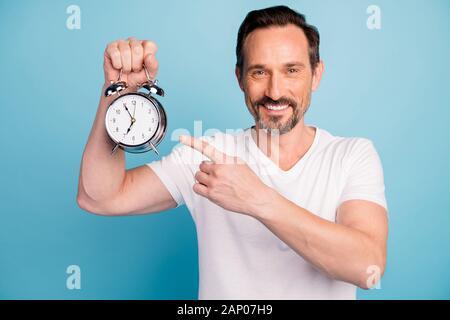 Close-up Portrait von Nizza attraktive Heiter fröhlichen Kerl halten in der Hand zeigen, gesunden Schlaf leben Regime Idee auf helle, lebendige/-isoliert - Stockfoto