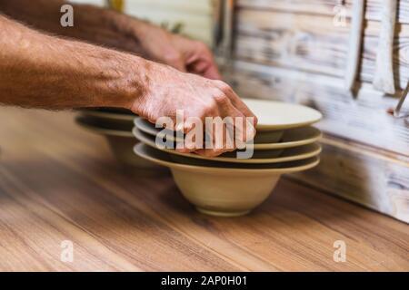 Potter im Studio die Hand, Platten, Hände detail, flacher Schulden von Feld, kleine Kunst Business Konzept
