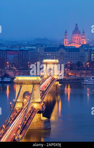 Kettenbrücke über die Donau beleuchtet in der Dämmerung, Budapest, Ungarn - Stockfoto