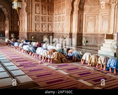 Muslime beten in Jama Maschid in Lahore, einer der größten Moscheen Asiens - Stockfoto