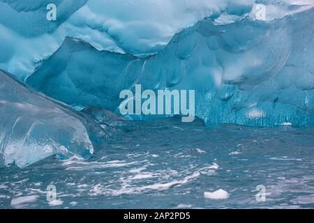 Blaue Eis eines Gletschers in der Antarktis. Das Eis der Blaue Eisberge enthält weniger Luftblasen als die mehr oder weniger weiß erscheinen. An regnerischen Tagen ihre - Stockfoto