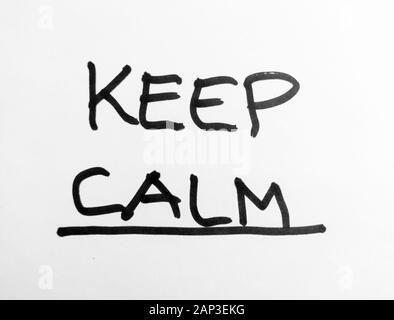 Hand Wörter - Ruhe bewahren - schwarze Markierung auf weißem Papier - Stockfoto
