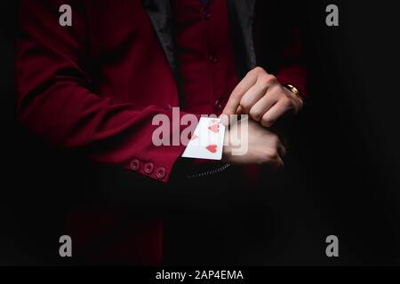 Zauberer zeigt Trick mit Spielkarten, Verschwinden im Ärmel - Stockfoto
