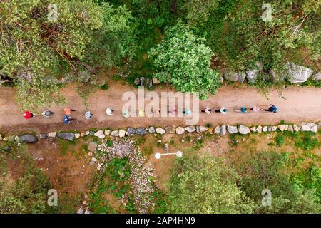 Nordic Walking, ältere Menschen, die sich mit Sport beschäftigen, gehen in den Freienpark. Luftansicht von oben - Stockfoto