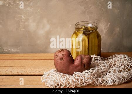 Hässliche Lebensmittel, Kartoffeln in Form eines Herzens.natürliche und einfache landwirtschaftliche Produkte. Sack Saite Tasche, Ablehnung von Kunststoff. - Stockfoto