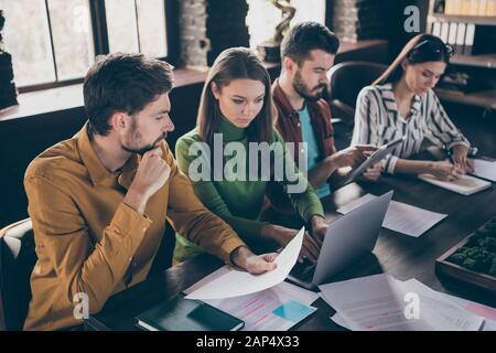 Portrait von vier netten, attraktiven Fachleuten IT-Personalvermittler treffen sich mit Arbeitssuchenden, die die Analyse von Humankapitaldaten in der Industrie untersuchen - Stockfoto