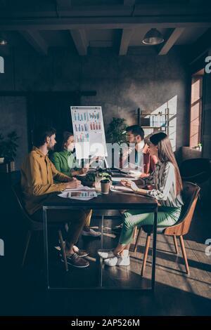 Erfahrungsgruppe Studenten sammeln große dunkle Büroarbeitsplatz Sit Desk Tisch Partner ceo Marketingfachmann Analyse Start-up-Entwicklungsziele erzählen - Stockfoto