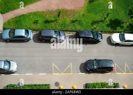 Draufsicht auf Autos auf öffentlichen Parkplätzen in Wohngegenden, tagsüber - Stockfoto