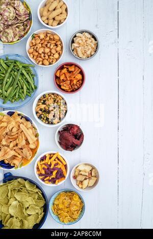 Snacks auf Gemüse- und Obstbasis. Gesunde vegetarische/vegane Snacks - Stockfoto
