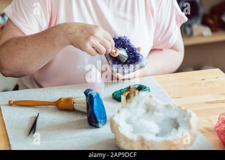 Frau putzen Amethyst - Stockfoto