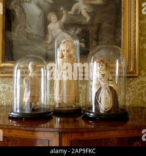 Nahansicht von drei Puppen des achtzehnten/neunzehnten Jahrhunderts in Glas-Vitrinen auf der Landungsfläche des State Bedroom am Clevedon Court. - Stockfoto