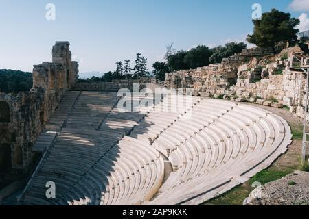 Athen, Griechenland - 20. Dezember 2019: Odeon des Herodes Atticus in der Akropolis von Athen - Stockfoto