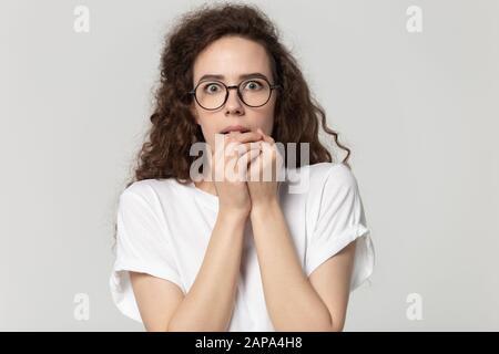 Junge betonte ängstliche Frau in Augenspülung, die sich Ehrfurcht gefühlt hat. - Stockfoto