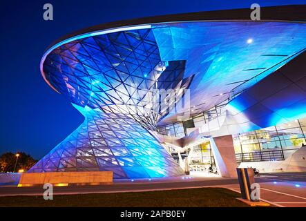 Architektonisches Detail der BMW Welt in München Bayern beleuchtet in der Abenddämmerung - Stockfoto