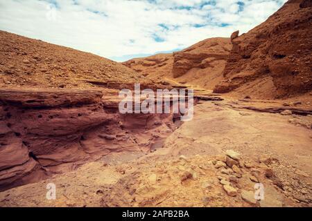 Trockenes Flussbett. Wüstenlandschaft. Steintextur. Abstrakter Natursandsteinhintergrund. Red Canyon, Eilat, Israel - Stockfoto