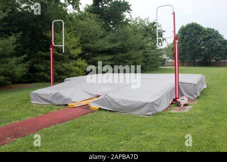 Eine örtliche Hochschülerrudergrube ist mit einer grauen Plane verdeckt - Stockfoto