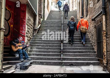 Edinburgh, Lothian, Schottland, Großbritannien. Januar 2020. Ein Busker unterhält Passanten mit seiner Gitarre auf dem Fleshmarket In Der Nähe der Royal Mile in Edinburgh. Kredit: Chris Strickland / Alamy Live News - Stockfoto