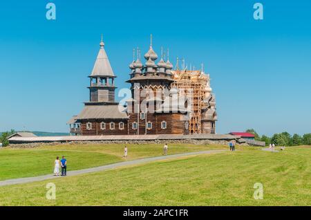 Das einzigartige architektonische Ensemble der alten Holzarchitektur des 18. Jahrhunderts auf der Insel Kizhi. Sommerlicher sonniger Tag. Karelia, Russland. - Stockfoto