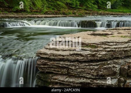 Die Unterfälle der Aysgarth Falls, North Yorkshire, England, Großbritannien - Stockfoto