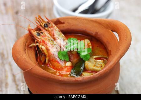 Tom yum kung nam khon, thailändische Küche mit heißen und sauren Suppenwürmchen - Stockfoto