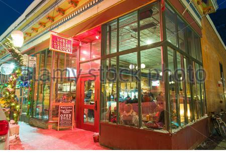 Gäste, die im Letzten Dollar Saloon an der West Colorado Avenue, Telluride, San Miguel County, Colorado, USA sitzen - Stockfoto