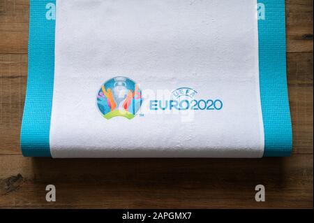 PARIS, FRANKREICH, JANUAR. 20. 2020: Logo der Fußball-Europameisterschaft Euro 2020, auf weissem Stoff gedruckt