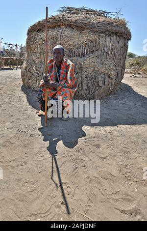 Maasai man im Dorf bei Ngorongoro Crater, in Ngorongoro, Tansania - Stockfoto