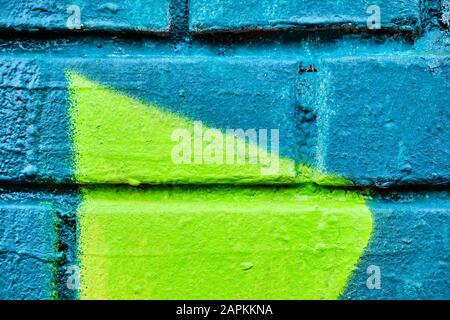 Eine alte Mauer aus Backstein mit türkisfarbenem und grünem Muster. Textur. Hintergrund - Stockfoto