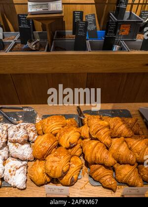 Gebäck, Pain au Chocolat, Croissant, Monmouth Coffee Company, Seven Dials, Covent Garden, London, England, Großbritannien, GB. - Stockfoto