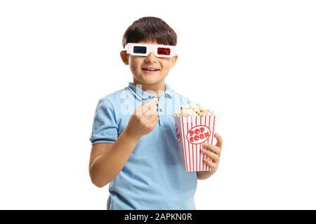 Junge, der eine Popcorn-Box hält und 3D-Filmgläser trägt, isoliert auf weißem Hintergrund - Stockfoto