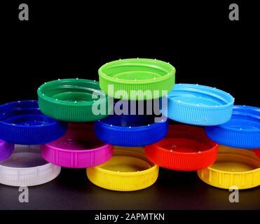 Mehrfarbige Flaschenverschlüsse aus HDPE (Polyethylen hoher Dichte). Recycelbare Materialien. - Stockfoto