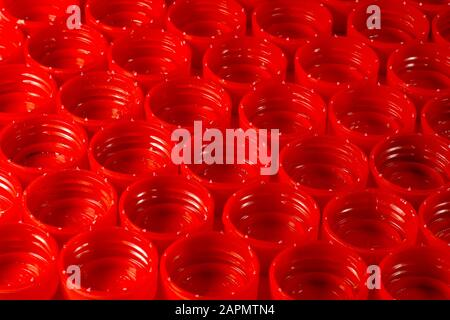 Flaschenverschlüsse aus HDPE (Polyethylen hoher Dichte), die gemäß den für das Recycling zubereiteten Farben getrennt sind. - Stockfoto
