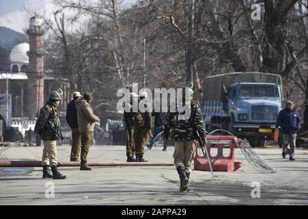 Srinagar, Indien. Januar 2020. Indische Streitkräfte stehen außerhalb eines Republikschauplatzes in Srinagar auf der Wache.Vor der 71. Staatssicherheit Indiens wurde in Srinagar und anderen Teilen Kaschmirs mit einem massiven Einsatz von Kräften bezwungen. Es wird der erste Tag der Republik im Tal sein, nachdem das Zentrum Artikel 370 im einstigen Bundesstaat Jammu und Kashmir aufgehoben hat. Credit: Sopa Images Limited/Alamy Live News - Stockfoto