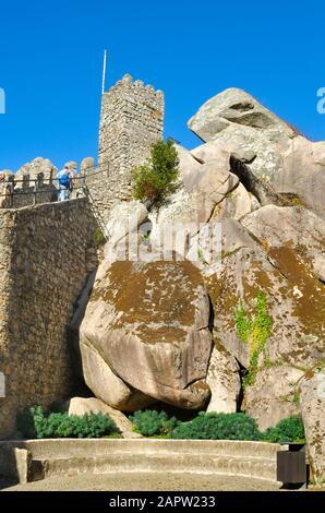 Ein Blick aus der Nähe auf einen Teil der Zinnen des Schlosses der Mauren, Sintra, Portugal - Stockfoto