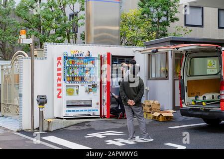 Sendai, Okt. 23: Die Leute haben am 23. Oktober 2019 in Sendai, Japan, Getränke in der Maschine nachgereicht - Stockfoto