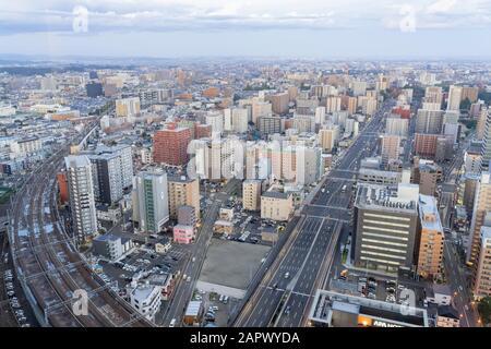 Sendai, Okt 23: Luftaufnahme bei Sonnenuntergang über dem Stadtbild der Innenstadt am Okt 23, 2019 in Sendai, Japan - Stockfoto