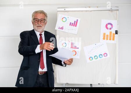Senior Executive Geschäftsführer Manager die Anweisung vor dem Tagungsraum. Business Leadership Konzept. - Stockfoto
