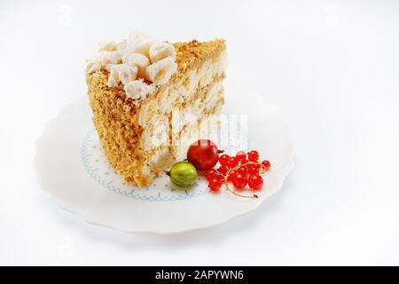 Hausgemachter Kuchen auf weißem Hintergrund - Stockfoto