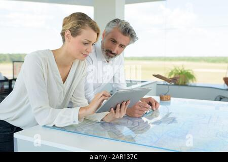 AirPort Team arbeitet mit Tablet - Stockfoto