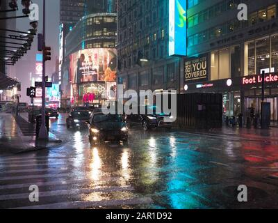New York, USA - 29. Mai 2019: Ein verdroschter Sommerabend am Broadway in Richtung Times Square. Stockfoto