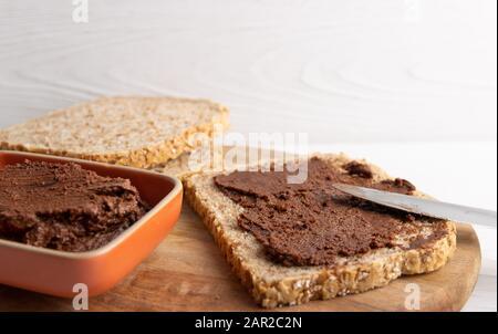 Vegane Schokoladenspreizung aus organischer Mandelbutter und biologischem Kakao und Honig - Stockfoto