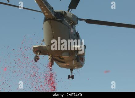 Bangalore, Indien. Januar 2020. Blumenblätter werden am 26. Januar 2020 von einem Hubschrauber während einer Republiktages-Parade in Bangalore, Indien, geduscht. Kredit: Str/Xinhua/Alamy Live News - Stockfoto
